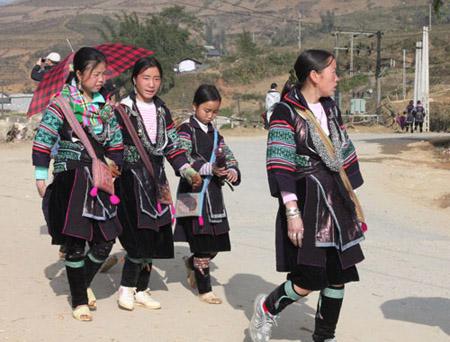 Những cô gái Mông xúng xính váy áo xuống chợ. Ảnh: Anh Phương.