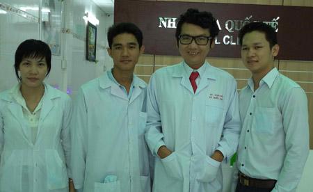 Bác sĩ Ký Quốc Đạt (giữa) mới 30 tuổi nhưng đã sở hữu  5 cơ sở nha khoa và phòng khám bệnh.