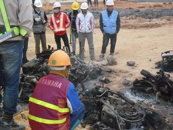 Nhiều xe máy bị cháy rụi trong vụ xô xát tại Nhà máy Samsung.