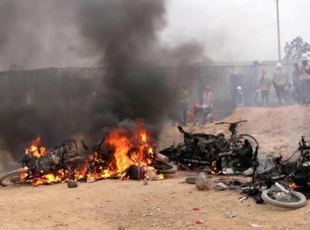 Vụ xô xát khiến 13 người bị thương, 3 côngtennơ và 22 xe máy bị đốt cháy.