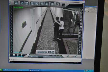 Hai người được cho là ông Hậu và bà B.Đ.T.D ở hành lang khách sạn Movenpick Sài Gòn (ảnh chụp từ clip).