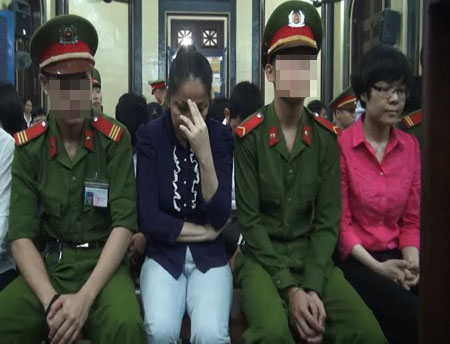 Bị cáo Huỳnh Mỹ Hạnh (áo xanh)