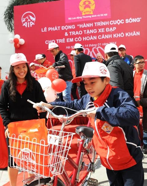 Nhiều em học sinh nghèo đã được công ty AIA tặng xe đạp, sáng 14.1 (Nguồn ảnh: Báo điện tử ĐCS)