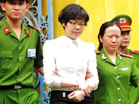 Dẫn giải bị cáo Huỳnh Thị Huyền Như.