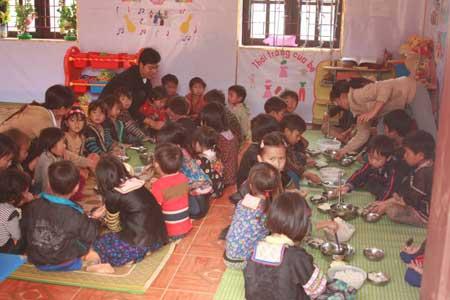 Các thầy cô giáo Trường Mầm non số 1 Tà Tổng vừa dạy học vừa phải nấu cơm cho các em học bán trú.