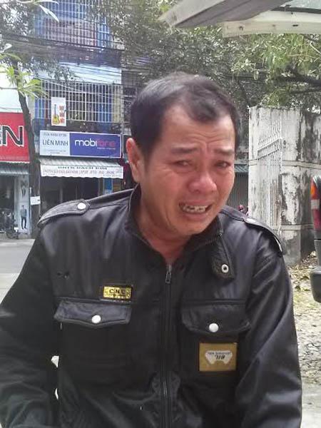 Cha của em Tu Ngọc Thạch đến Bệnh viện tỉnh Khánh Hòa nhận xác con ngày 31.12.2013.