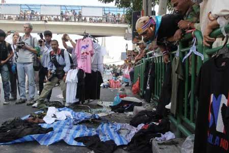 Vụ đánh bom làm trại của người biểu tình nổ tung.