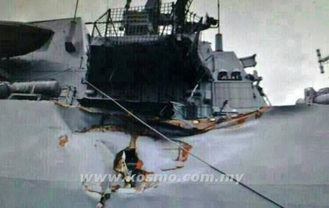 Thân tàu KD Jebat bị đâm thủng.