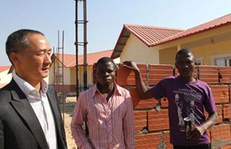 Ông Vũ Minh Đức (trái) - một doanh nhân người Việt thành đạt tại Angola.