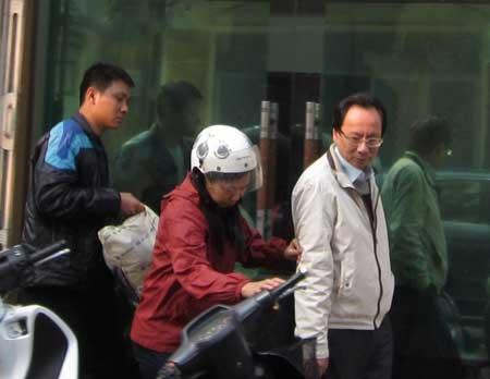 Ông Hồ Văn Hải (áo trắng) đang bị dẫn giải về cơ quan điều tra