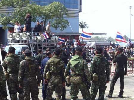 Quân đội sẽ theo dõi sát diễn biến ở Bangkok sau khi có lệnh tình trạng khẩn cấp.