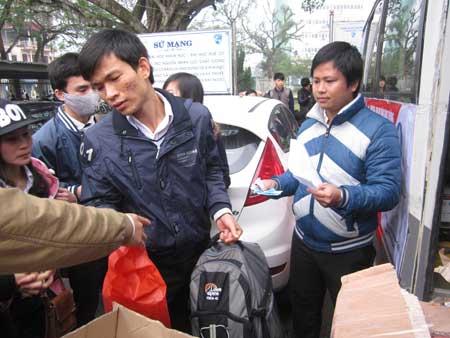 Sinh viên nghèo lên xe về quê ăn tết cổ truyền.