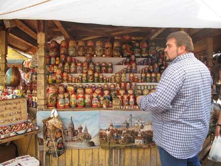 Một gian hàng bán búp bê Matrioshka.