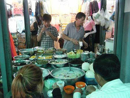 Một quán ăn ở chợ Sài Gòn - Campuchia.