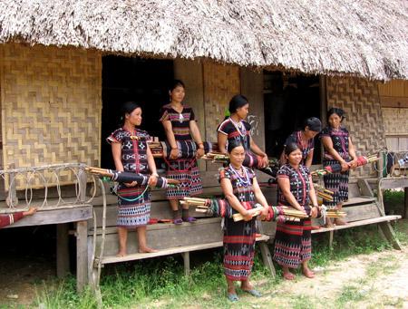 Tranh thủ thời gian, phụ nữ còn đến Gươl dệt vải để kiếm tiền cải thiện đời sống gia đình.