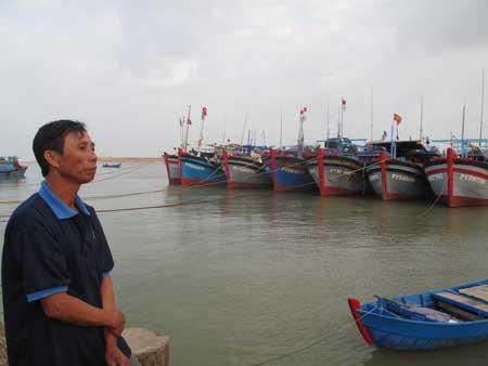 Ngư dân Trần Đúng với nỗi buồn vì không thể ra khơi.