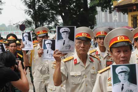 Các cựu chiến binh tới tiễn biệt người anh Cả của Quân đội Nhân dân Việt Nam