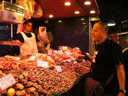 Hải sản ngồn ngộn và tươi ngon  ở chợ La Boqueria.