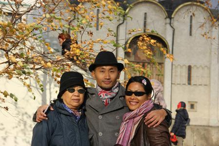 Ivan Hungchik hạnh phúc bên mẹ và chị gái