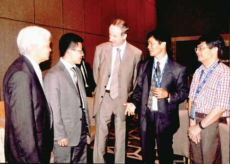 GS Lê Tuấn Hoa - Chủ tịch Hội Toán học Việt Nam (thứ 2 từ phải sang) tại Đại hội Toán học Thế giới ở Ấn Độ, tháng 8.2010,  Đại hội đã trao Giải thưởng Fields cho GS Ngô Bảo Châu.