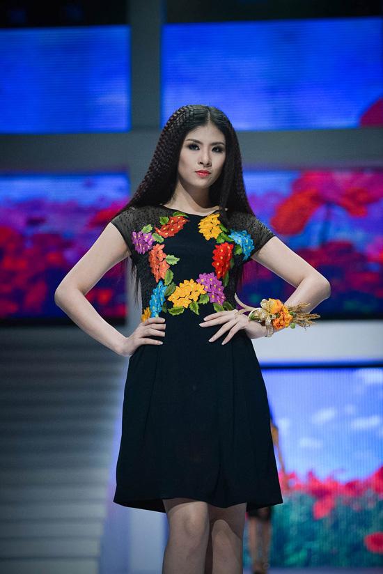Trong bộ sưu tập của nhà thiết kế khác, Ngọc Hân lại thể hiện sự chuyên nghiệp của người mẫu