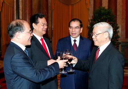 Các đồng chí lãnh đạo Đảng, Nhà nước mừng Xuân mới Giáp Ngọ 2014. Ảnh: VGP/Nhật Bắc