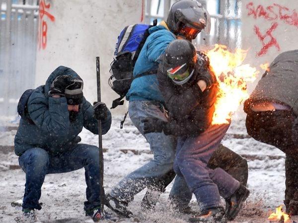 Người biểu tình xung đột với cảnh sát tại trung tâm thủ đô Kiev. (Ảnh: AFP/TTXVN)