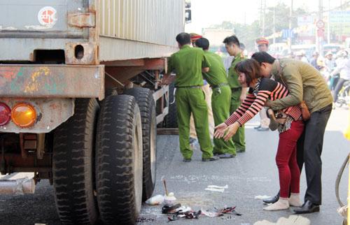 Hai vợ chồng khóc ngất khi đứa con duy nhất đã bị xe tải cán chết.