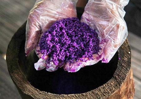 Xôi tím được nhuộm màu  từ lá cây Khẩu Căm của người Thái ở Sơn La.