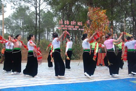 Xôi ngũ sắc thường được bày dưới cây nêu, là trung tâm vật tế trong lễ  và trung tâm biểu diễn văn nghệ của hội trong văn hoá dân tộc Thái Sơn La.