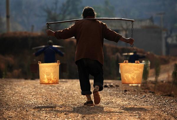 Các gia đình Việt có thói quen tích trữ nước cho năm mới may mắn. (Ảnh minh họa)
