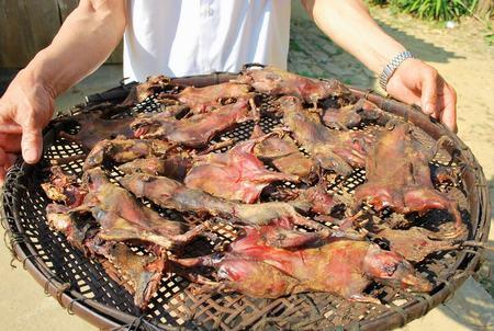 Thịt chuột hong khói trên bếp lửa.