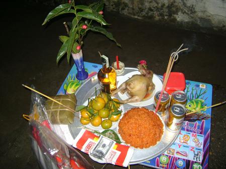 Mâm lễ cúng giao thừa ở ngoài trời của người Việt (Ảnh minh họa - Nguồn: Báo Gia Lai)