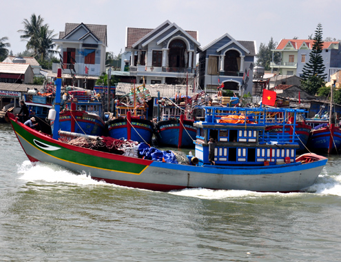 Những tàu cá miền Trung thẳng tiến ra khơi đánh bắt thủy sản ở vùng biển Hoàng Sa, Trường Sa trong dịp tết Giáp Ngọ.