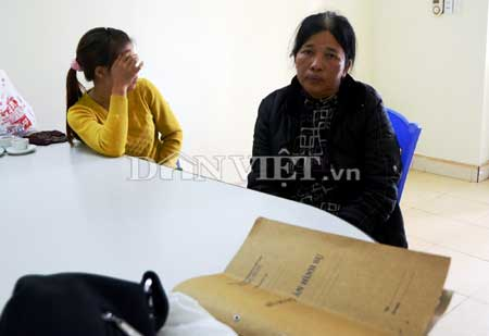 Người đàn bà 53 tuổi móc túi (áo đen) và kẻ gây rối tại trụ sở công an.