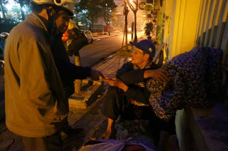 Đêm 29 tết, đội tình nguyện viên Báo NTNN  đi phát quà cho người vô gia cư.