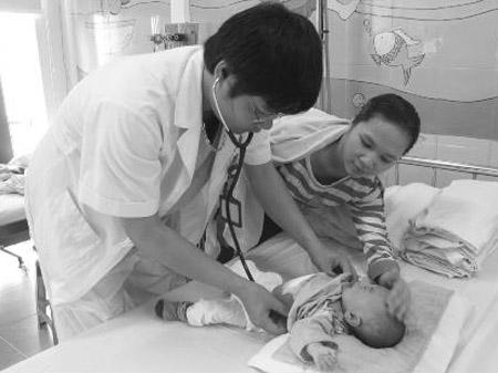 Các bác sĩ luôn túc trực khám bệnh cho các bệnh nhi trong những ngày tết.