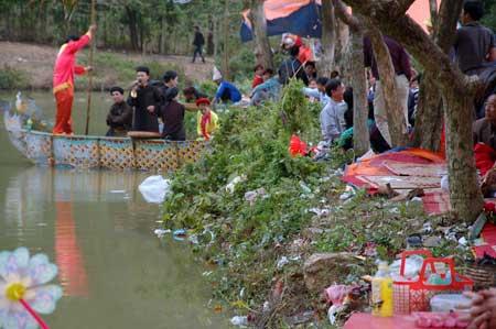 Người dân xả rác bừa bãi tại lễ hội đền Gióng (Phù Linh, Sóc Sơn, Hà Nội).