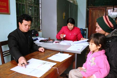 Cuối giờ chiều ngày 11.2, Chủ tịch UBND xã Thạch Long (Thạch Thành) đang ký giấy tờ cho người dân.