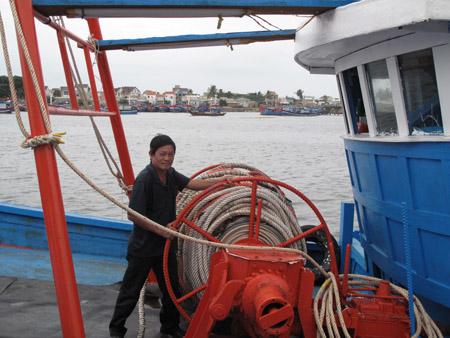 Ngư dân Lê Văn Thức (huyện Tư Nghĩa, Quảng Ngãi) trên con tàu mới.