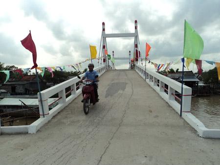 Cầu Lấp Vò, xã Trung An vừa được đưa vào sử dụng với kinh phí hoàn toàn do nhân dân dóng góp.