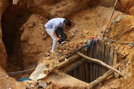 Một hầm khai thác vàng trái phép ở bãi Thác Trắng.