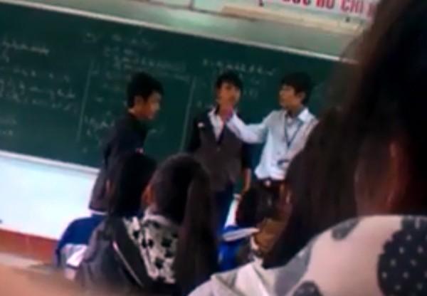 Một nam sinh khác cũng bị thầy giáo quát mắng và tát 1 cái. Ảnh cắt từ clip.