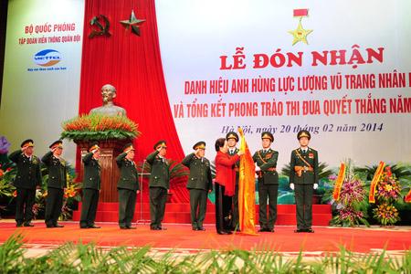 Phó Chủ tịch nước Nguyễn Thị Doan  trao danh hiệu cho Viettel.