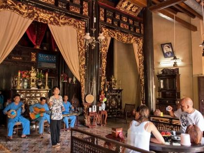 Thưởng thức đờn ca tài tử Nam Bộ ngay bên trong nhà cổ Cai Cường.