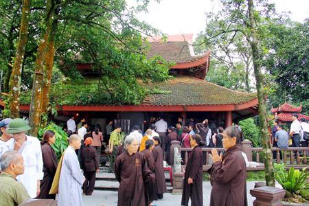 Du khách và các vị tăng ni phật tử lễ tại đền thờ Chủ tịch Hồ Chí Minh trên đỉnh núi Ba Vì.