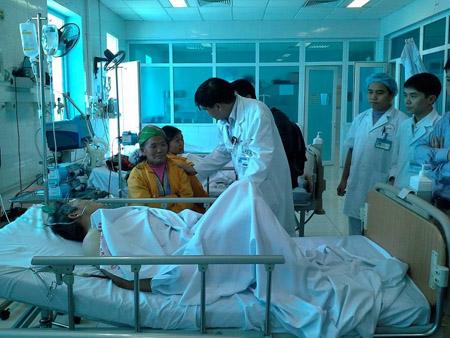 Bác sĩ Bệnh viện Bạch Mai thăm khám cho các bệnh nhân tại Bệnh viện Đa khoa tỉnh Lai Châu.