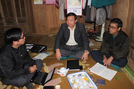 Ông Phạm Văn Nhị  (giữa) trao đổi với phóng viên NTNN về việc dân đợi sổ đỏ gần chục năm qua.