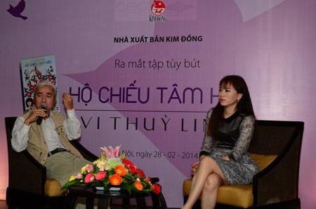 Vi Thùy Linh (phải) và nhà phê bình Phạm Xuân Nguyên trò chuyện trong buổi ra sách.