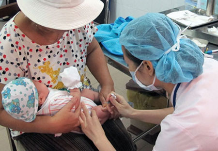Số người đưa con đến chích ngừa gia tăng khiến vắc xin trở nên khan hiếm.